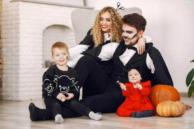 Madre, padre e figli in costume e trucco. la famiglia si prepara alla celebrazione di halloween. Foto Gratuite