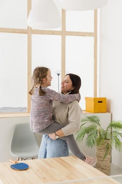 Мать держит милую дочь Бесплатные Фотографии