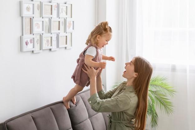 Мать держит маленького ребенка Бесплатные Фотографии