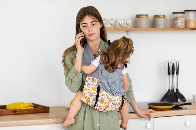 Мать держит маленькую дочь Бесплатные Фотографии