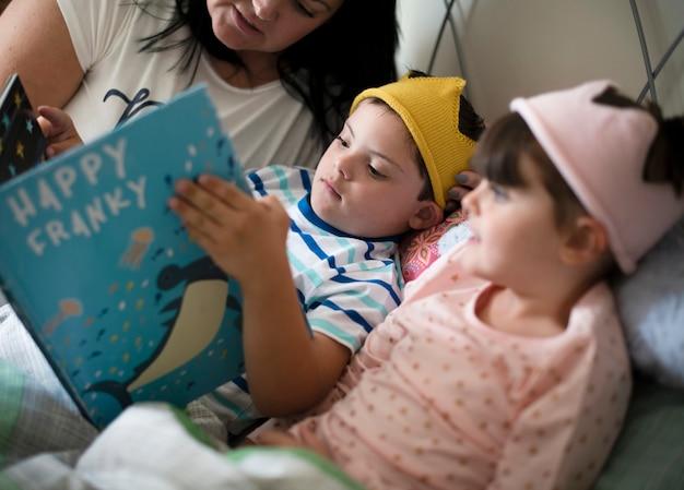 Мать читает сказку на ночь Premium Фотографии