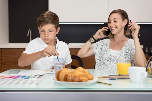 Madre e figlio insieme a casa Foto Gratuite
