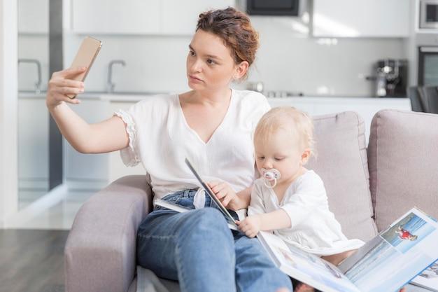 Мать, принимая селфи с милой девочкой Бесплатные Фотографии