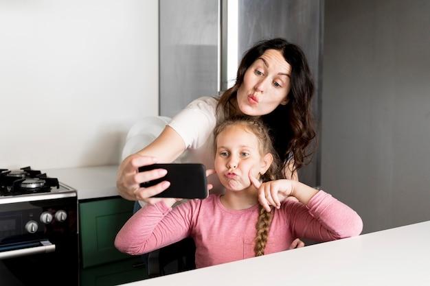 Мать принимая селфи с дочерью Бесплатные Фотографии