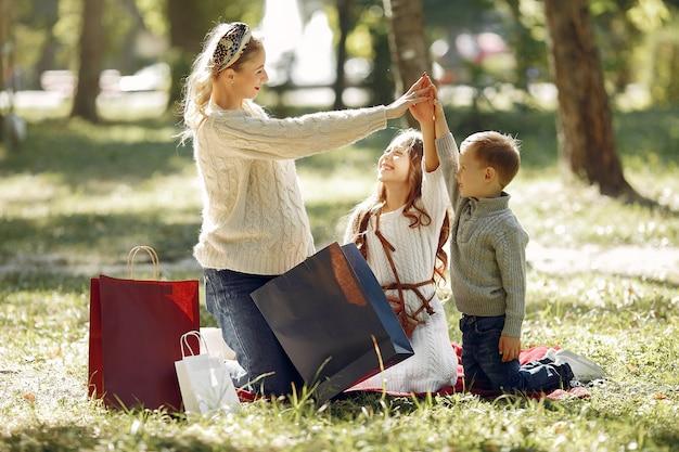 도시에서 쇼핑 백을 가진 아이와 어머니 무료 사진