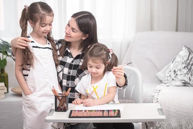 아이들이 테이블에 앉아 숙제를하는 어머니. 무료 사진
