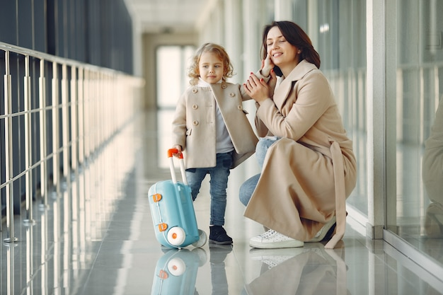 空港で娘を持つ母 無料写真