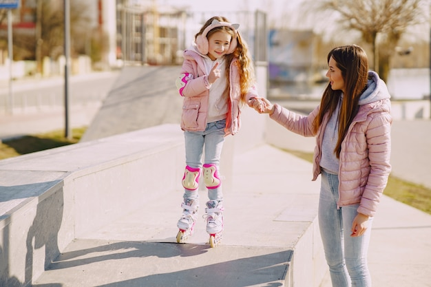Мать с дочерью в парке с роликом Бесплатные Фотографии