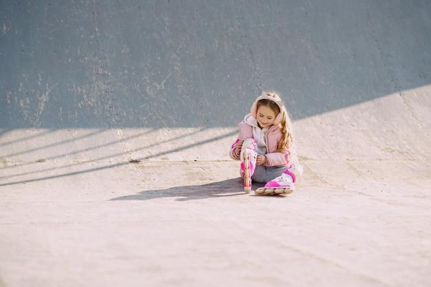 Мать с дочерью в парке с роликами Бесплатные Фотографии