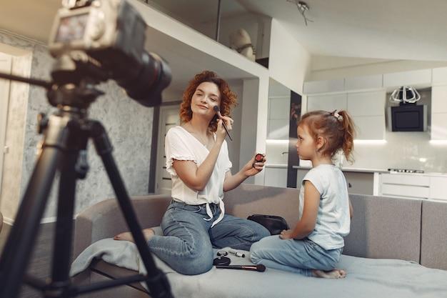 娘と母が美容ブログを撮影 無料写真