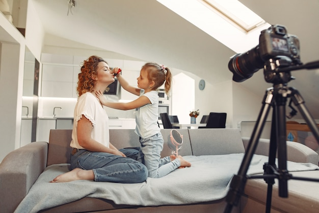 Мать с дочерью снимает блог красоты Бесплатные Фотографии