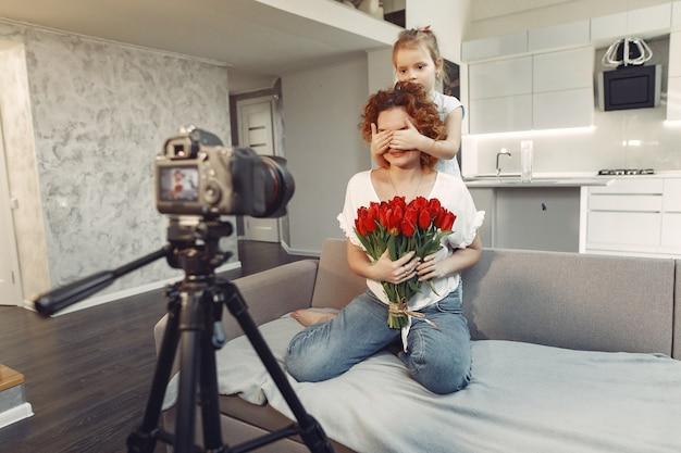 娘と母が自宅でブログを撮影します。 無料写真