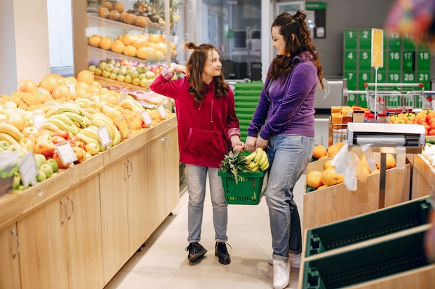 Mother with a daughter in a supermarket Free Photo
