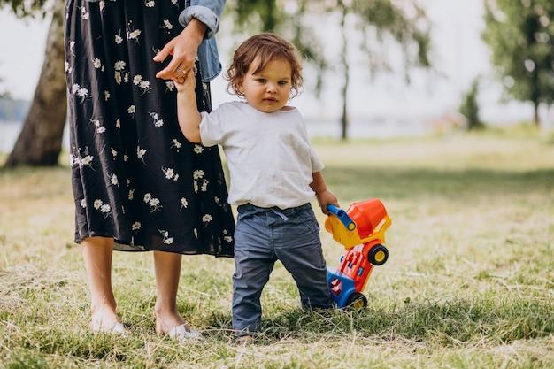 公園で一緒に彼女の幼い息子を持つ母 無料写真