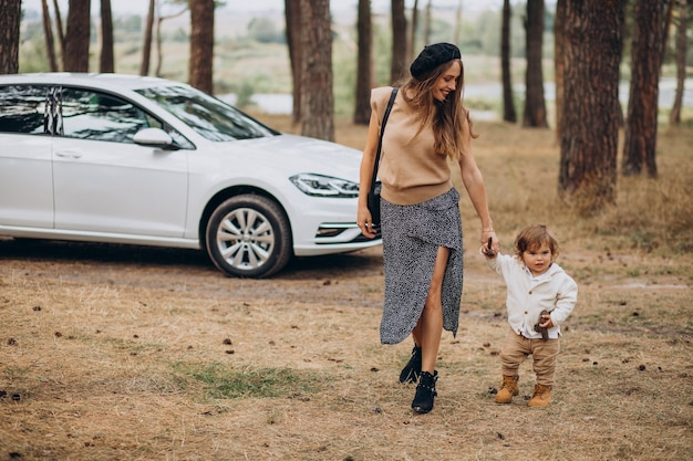 Мать с сыном на машине в парке Бесплатные Фотографии