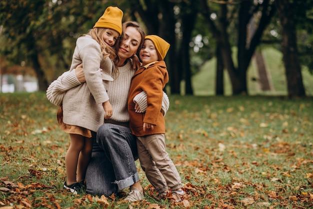 公園で楽しんでいる子供を持つ母 無料写真