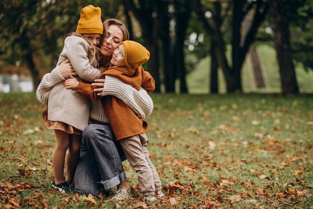 Мать с детьми, весело в парке Бесплатные Фотографии