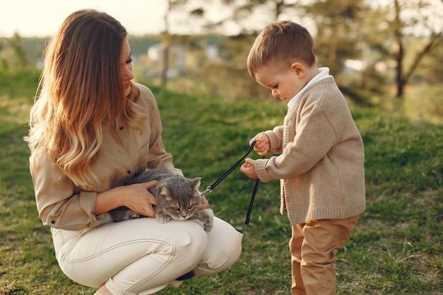 Мать с маленьким сыном, играя в летнем поле Бесплатные Фотографии