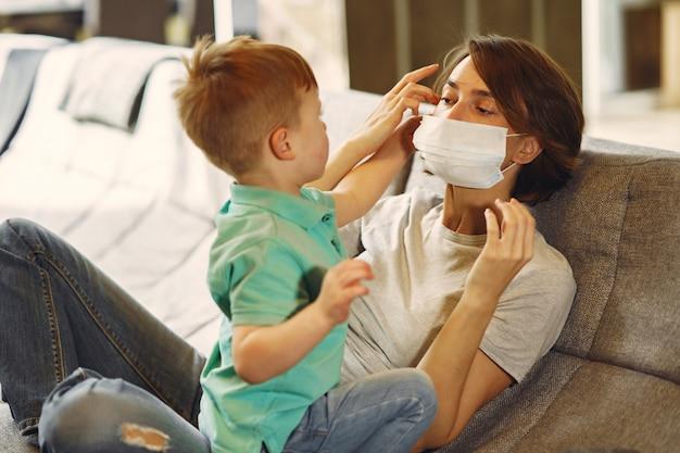 Madre con il figlio più piccolo seduto a casa in quarantena Foto Gratuite