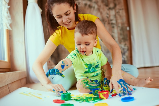 The mother with son painting a big paper with their hands Free Photo vaderdag knutselen babys verjaardag baby cadeau