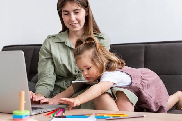 Мать работает на ноутбуке с ребенком Бесплатные Фотографии