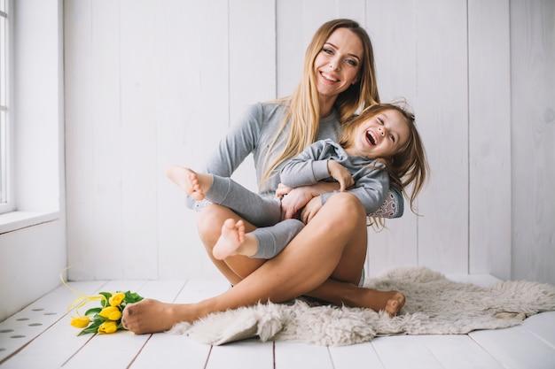 Концепция матери с радостной матерью и дочерью Premium Фотографии