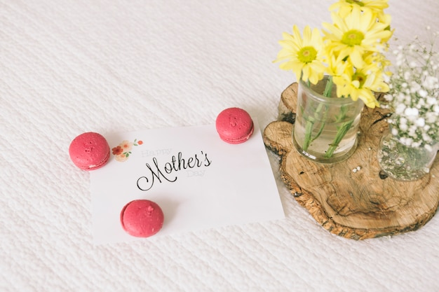 Mothers inscription with flowers and macaroons Free Photo