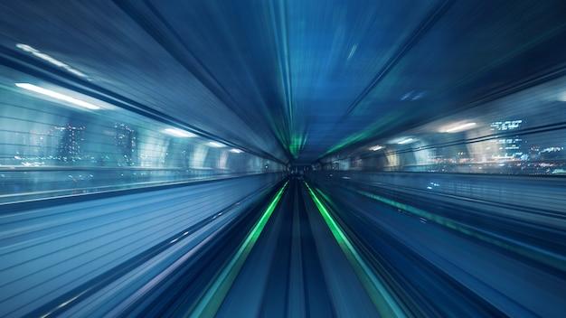 일본 도쿄의 터널 내부에서 움직이는 자동 열차의 동작 흐림 효과. 무료 사진