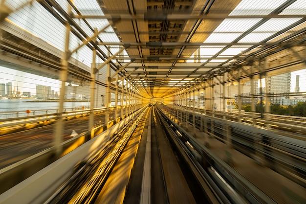Размытие движения автоматического поезда, движущегося внутри туннеля в токио, япония. Бесплатные Фотографии