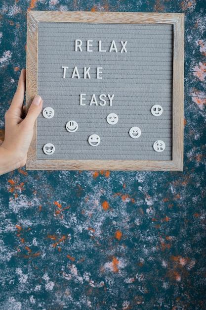 ボードに刻まれた木製の文字でやる気とインスピレーションを与える引用。 無料写真