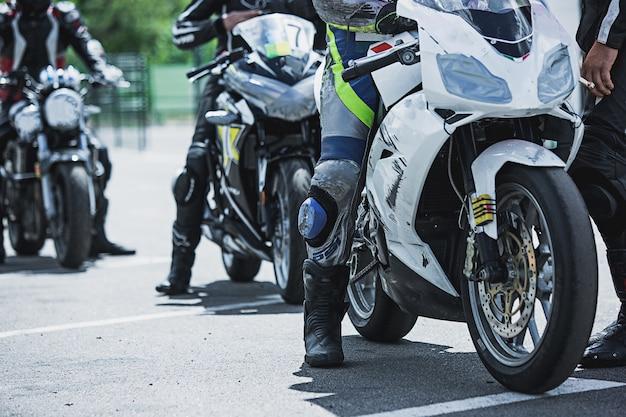 Мотоцикл предметов роскоши крупным планом: фары, амортизатор, руль, крыло, тонировка. Бесплатные Фотографии