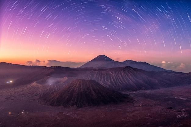 Mount active volcano, batok, bromo, semeru with starry at dawn Premium Photo