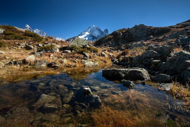 フランス、シャモニーの水面に映るモンブラン山塊のエギュイユベルト山 無料写真