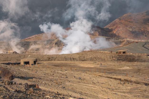 Mountain aso nakadake crater, aso, kumamoto, kyushu, japan Premium Photo