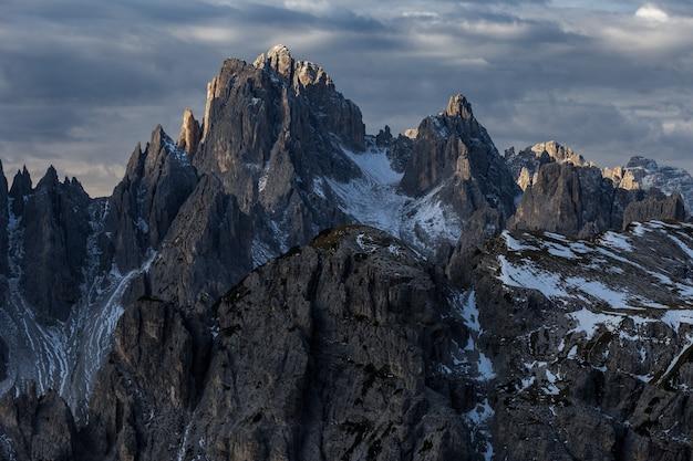 Mountain cadini di misurina nelle alpi italiane durante il tramonto Foto Gratuite