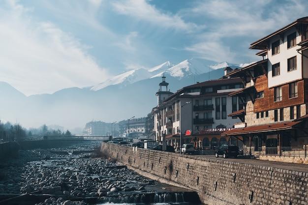 Горнолыжный курорт - природа и фон неба. балканы горы снежные вершины, дома и отели, зима. Premium Фотографии