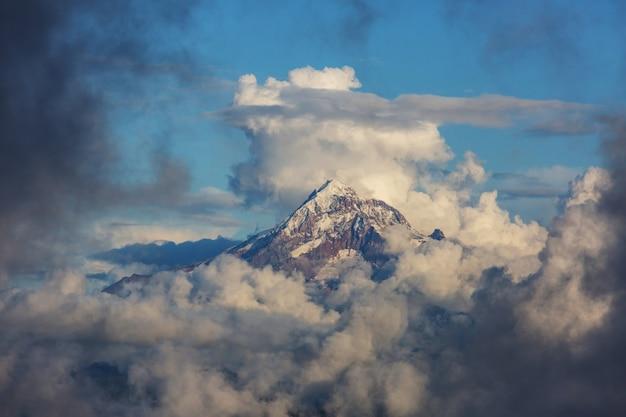 Вершина горы над облаками, гора худ, орегон, сша. Premium Фотографии