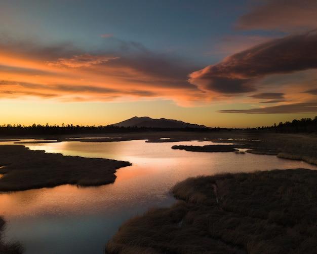 Un paesaggio montuoso con la maestosa arizona snowball situata a flagstaff al tramonto Foto Gratuite