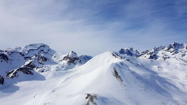 空と雪に覆われた山々 無料写真