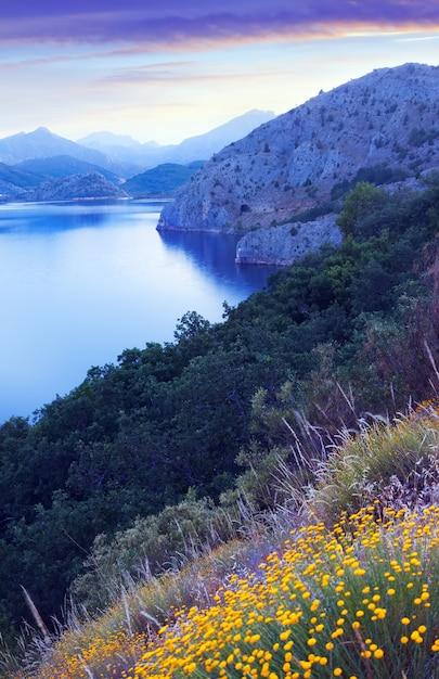 Горы озеро летом сумерки Premium Фотографии