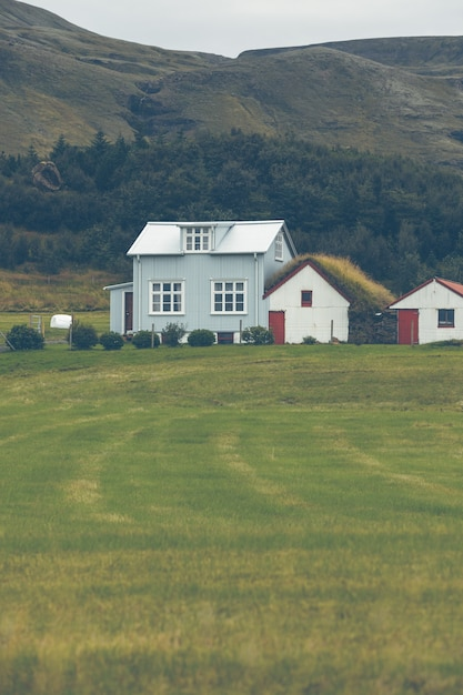 Mountains landscape with white siding icelandic houses Premium Photo
