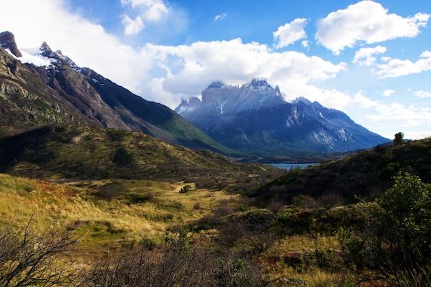 チリのトレスデルパイネ国立公園の澄んだ空の下の山 無料写真