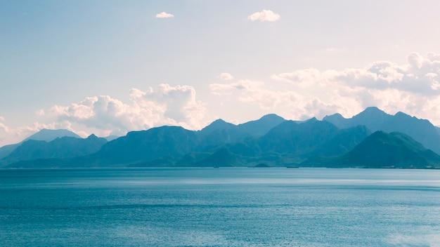アンタルヤの海岸から山の景色 Premium写真