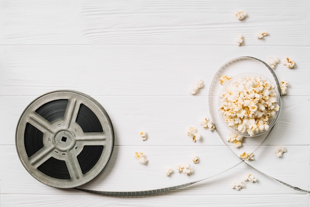 Movie bobbin and popcorn basket Free Photo
