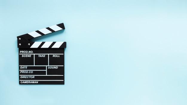 コピースペースと青色の背景に映画クラッパー Premium写真