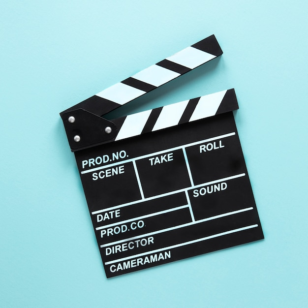 青の背景に映画クラッパー 無料写真