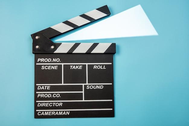 青色の背景に映画カチンコ Premium写真