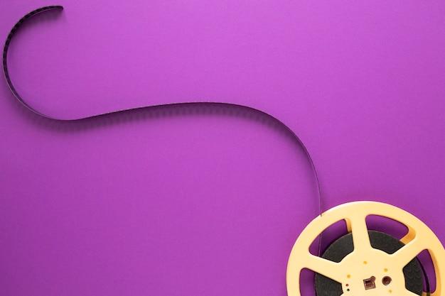 紫色の背景に映画のリール 無料写真