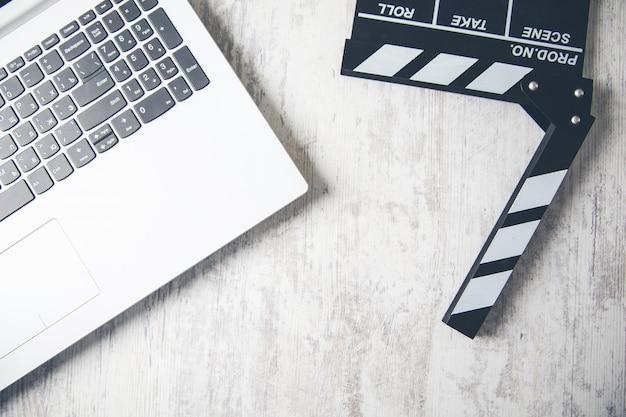 テーブルの上のキーボードで映画記号 Premium写真