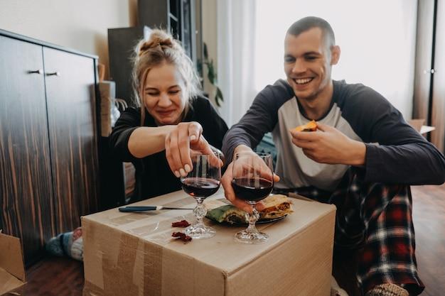 引っ越しの日、新しい家、バレンタインデー、開梱ボックス、新婚夫婦のコンセプト Premium写真